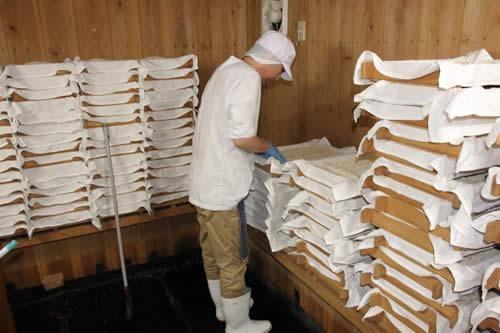米麹の手入れ作業、白味噌の作り方