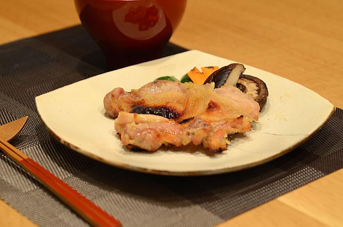 西京漬けで鶏肉を漬ける。