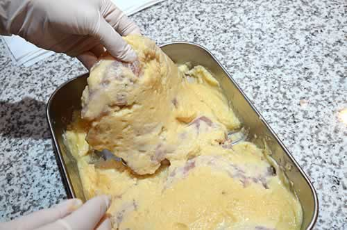 漬けた鶏肉を取り出す。
