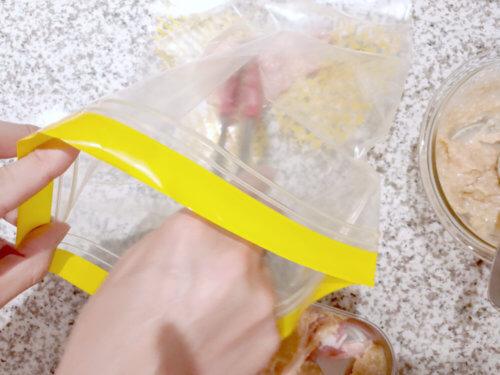 ジップロックなどのチャック付きの保存袋に入れる、豚肉の西京漬けレシピ