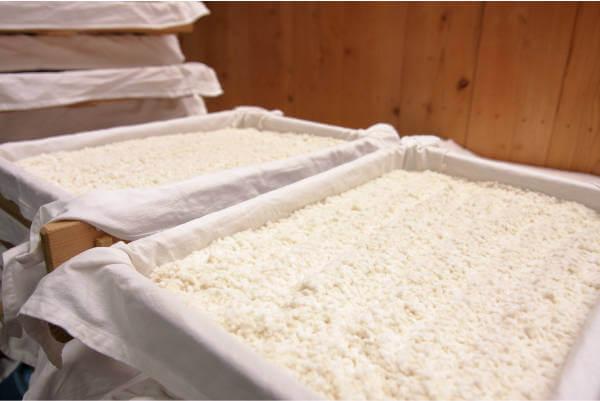 米麹、麹蓋を用いて作る手作り製法の蓋盛り麹です。国産米使用、新鮮な生タイプで出荷します。